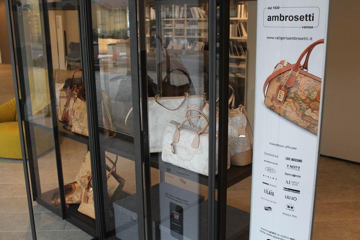 Coomarketing fra Valigeria Ambrosetti e Arredamenti zanellato: borse Alviero Martini Prima Classe in esposizione presso la nuovissima cabina armadio in cristalloby Poliform.