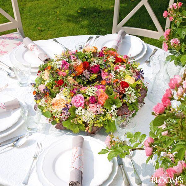 Einfache tischdeko sommerfest  Sommerfest-Ideen: Romantische Tischdeko mit Rosen - Tischkranz ...