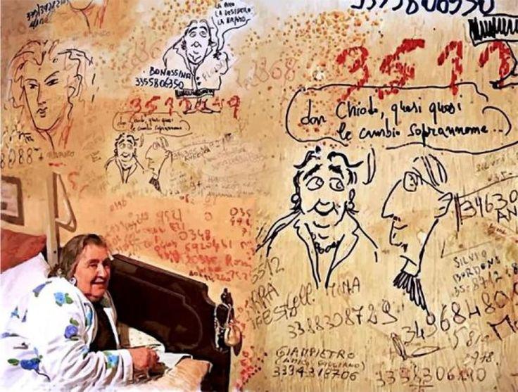 La poetessa nella sua stanza da letto ,con appunti e numeri di telefono segnati sul muro.