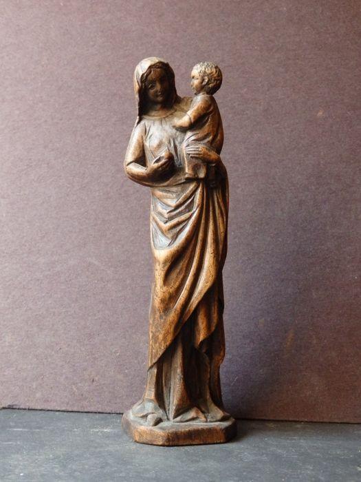 Wonderschoon Mariabeeldje in houtsnijwerk - FRANKRIJK - ca. 1880  Wonderschoon Mariabeeldje in verguld houtsnijwerk. Afgebeeld is moeder met kind. Jarenlang is het onderdeel geweest van de boedel van een Nonnekesklooster in de regio Chimay waar dit soort beeldjes in de kamers van de Nonnekes stond. Volgens de overlevering werd Maria vaak vastgenomen en aangeroepen bij moeilijke beslissingen en problematische kwesties.Het beeldje heeft een prachtig melancholiek ouderdoms patina.Hoogte ca…