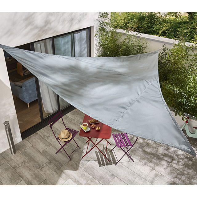 Optez pour ce voile d'ombrage triangle Sharki pour vous protéger du soleil dès le début de la belle saison. Cette toile conçue en polyester de haute qualité est traitée anti-UV et bénéficie d'un traitement déperlant en cas d'intempéries. Elle s'accordera avec style à votre salon de jardin.