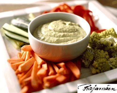 Dippi avocadosta ja vihanneksia.