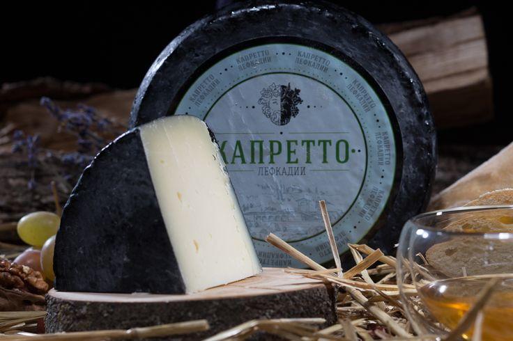 А знаете, почему у «Капретто Лефкадии» такой интересный цвет? Всё дело в том, что будущий капретто проходит через «створаживание» при низких температурах. Именно благодаря этому готовый продукт отличается «аристократической» бледностью или желтоватым отливом цвета слоновой кости. Если увеличить температуру, то также получится вкусный сыр, но он уже будет относиться к другим разновидностям французских сыров.