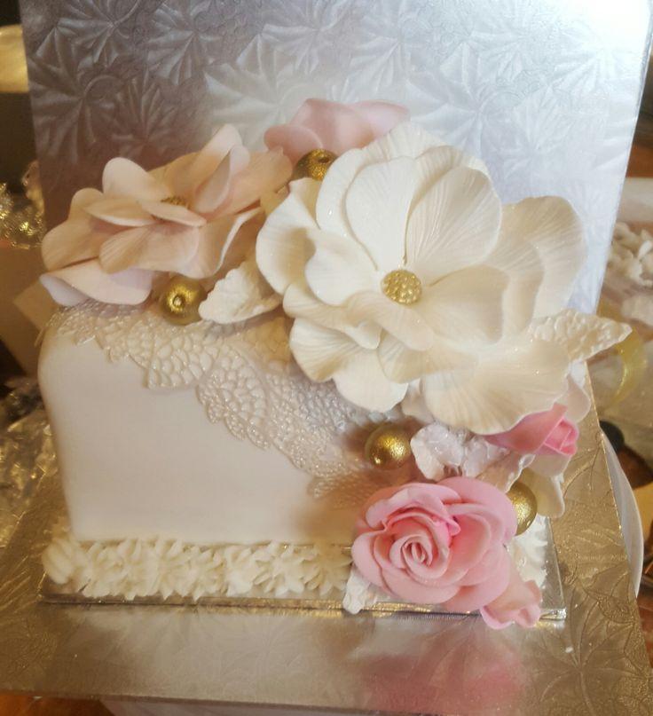 Mini wedding cake for bride and groom