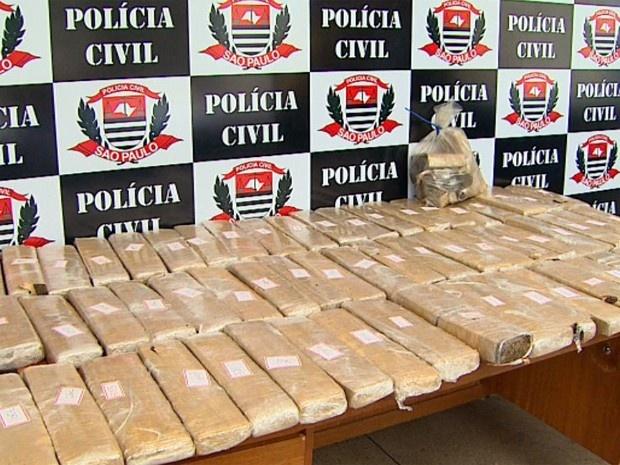 Polícia apreende 51 kg de maconha dentro de casa vazia em Ribeirão | Investigadores encontraram 60 tijolos da droga escondidos no imóvel. Suspeito já identificado distribuía os entorpecentes na região, diz delegado. http://mmanchete.blogspot.com.br/2013/02/policia-apreende-51-kg-de-maconha.html#.USv4iTBQGSo