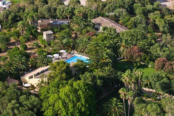 Das Fincahotel Predio Son Serra, das sich auf einer Anhöhe im Nordosten Mallorcas nahe Playa de Muro befindet, ist ein Traum für Pferdefreunde – romantische Ausritte am Meer und in wunderschöner Natur bei sonnigem Wetter. All das bietet dieses Landhotel auf Mallorca.