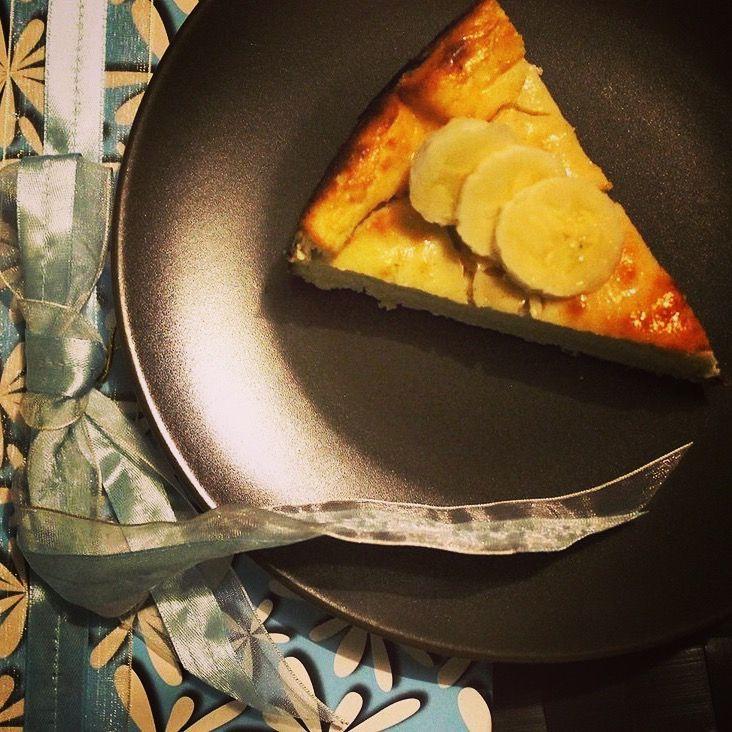 Cheesecake cu banane 100% sanatos cu numai 1,5g de grasimi per felie, fara zahar adaugat si fara gluten.