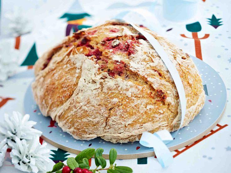 Kaunis ja herkullinen puolukkaleipä sopii lahjaksikin. Lämmitä pata ennen kuin paistat leivän uunissa.