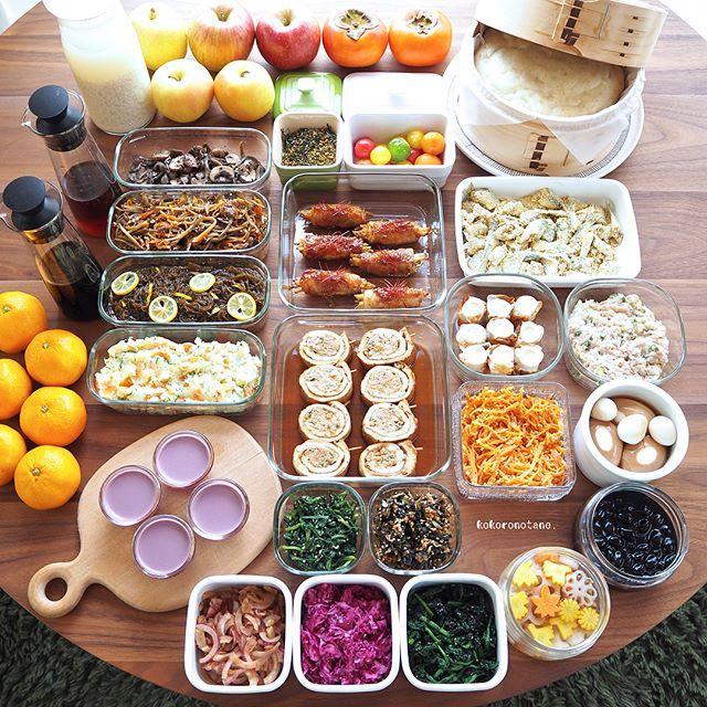 ❁.*⋆✧°.*⋆✧❁ 今週の作り置きおかずあれこれ◡̈ ・ 日々の子供達のお弁当2人分&私のお昼用。 (酢の物と冷凍物以外は2〜3日で食べ切りです) ・ 【お品書き】 1.さつま芋と大葉の豚肉巻き・生姜照り焼き 2.挽肉の油揚げ巻き 煮浸し 3.鰯のカレーフライ(下拵え・冷凍保存用) 4.長葱入つくね種(冷凍保存用) 5.牛肉入りきんぴら 6.人参のごまポン酢炒め 7.きのこのバジルバター炒め 8.ポテマヨちくわ 9.ポテトサラダ 10.大根葉と鰹節の山椒佃煮 11.黒豆のあっさり煮 12.味玉(ポン酢) 13.ほうれん草の黒ごま和え 14.春菊のピーナッツクリーム和え 15.赤玉葱と鰹節のポン酢和え 16.トマトの蜂蜜和え 17.もずく柚子酢 18.紫キャベツのナムル 19.れんこんと人参と大根の甘酢漬け(柚子風味) 20.いちじくジャムとクリームチーズの蒸しパン 21.ぶどうのムース 22.自家製 甘酒 23.自家製 麺つゆ 24.自家製 白だし 25.自家製 ふりかけ(炒り玄米と抹茶) ・ 9.14.18.19.23.24.は…