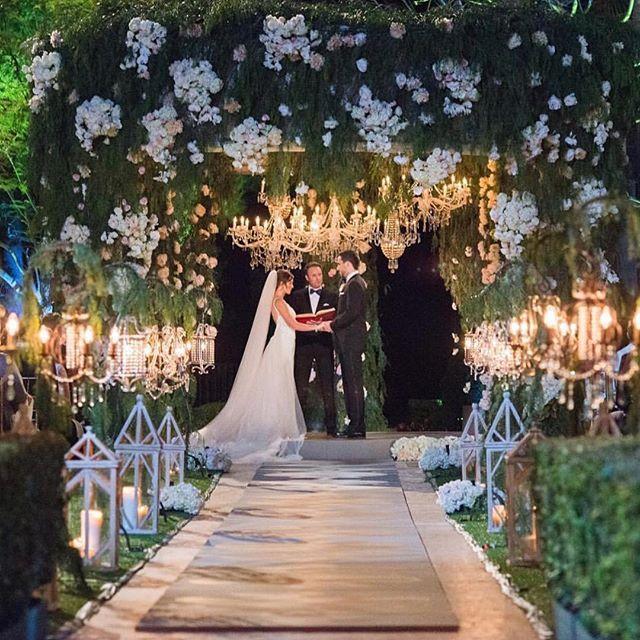 Cerimônia de deixar o queixo caído!!!! Este foi um Destination Wedding na Califórnia, em um hotel de luxo sensacional!!!!! Quer dicas de locais para casar? Fala com a gente, temos uma seleção especial.... 💕💕💕 😊😍 #destinationwedding #destinosparacasar #destinosdesonho #casamentos #weddingconcierge #weddingconcierge #casamentos #destinosdesonho #destinosparacasar  #casandonoexterior #destinationwedding #weddingconcierge#duebconcierge #casarfora #elopements #elopementwedding #casandofora…