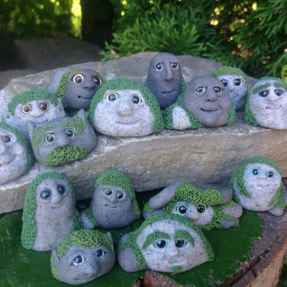 Dieser kleine Pebbling Gnome halten Ihr Garten Unternehmen! Erstellt von hand aus Fimo, ist er bereit, seine Augen unter dem Moos offen zu halten. Jede Pebbling ist einzigartig, mit ihren eigenen Ausdruck und Persönlichkeit. Ich genieße es, welche Art von Eigenschaften jedes Gnom hat, wie sie zu erstellen