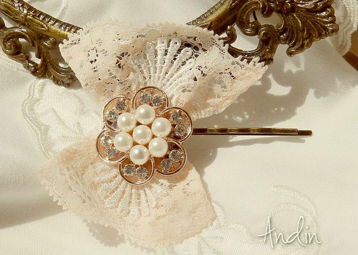 Mašlička do vlasů Květinová sponka do vlasů ve stylu Shabby chic. Mašlička s perličkami s jemných pastelových barvách je připevněn na starobronz sponkokvém lůžku.