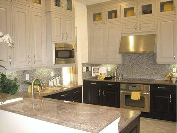 Light upper cabinets with dark lower cabinetsColors Cabinets, Dreams Kitchens, Cabinets Colors, Glasses Upper, Kitchens Ideas, Upper Cabinets, Tops Cabinets, Tone Kitchens, Kitchens Cabinets