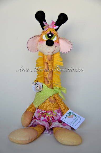 Girafa confeccionada em tecidos de algodão e feltro. Pinturas e bordados feitos à mão. Produto costurado e colado.  Pode ficar pendurada na parede ou sentadinha na prateleira.  Altura: 48cm em pé              32cm sentada R$ 33,00