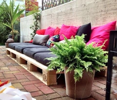 #DIY Garden Seating with Pallets | already have four pillows I could use! only some more for the back and then two pallets as a table and it's ready for the first garden party!
