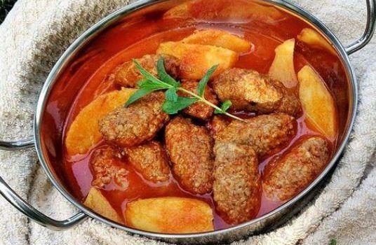 Σουτζουκάκια με πατάτες σε σάλτσα ντομάτας