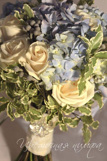 Синий букет невесты: кремовая роза, голубая гортензия, бруния, питоспорум.