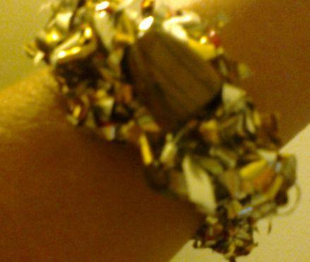 ¡Una creación impensada: una pulsera realizada con un envase de café cortado en tiras y tejido al crochet! muy original y queda cómodo y lindo, la piedra es un ojo de tigre y hace de botón para ampliar el diámetro de la pulsera Pulseras de material reciclado, $30 en https://ofeliafeliz.com.ar