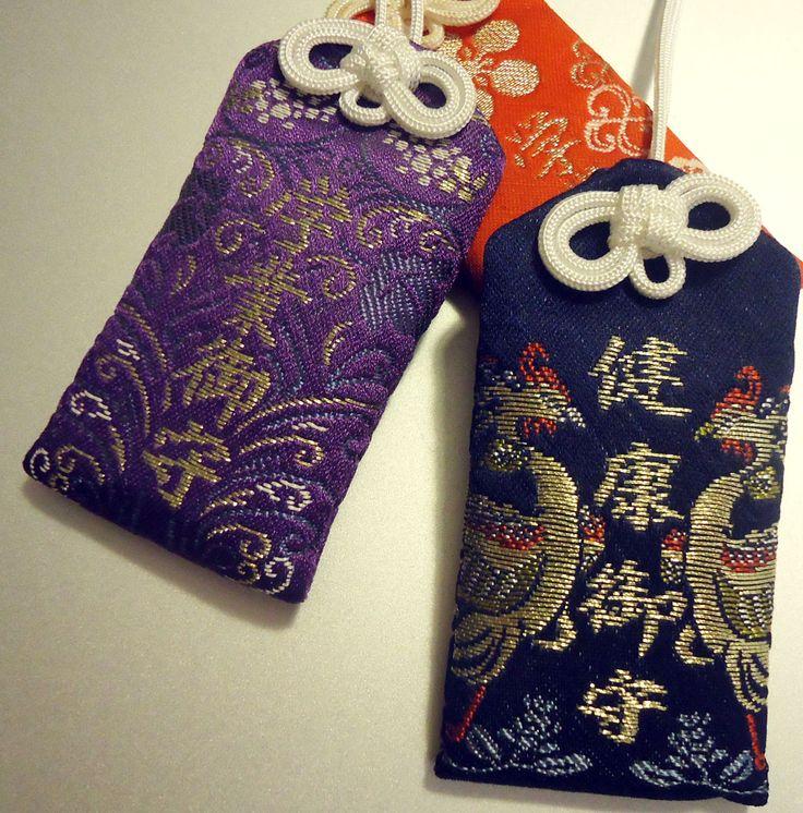 Gli omamori (お守り, protezione) sono amuleti giapponesi dedicati a particolari divinità shintoiste o buddhiste. L'esterno è di stoffa e racchiude all'interno una preghiera scritta su un foglio di carta o un pezzo di legno. Vengono realizzati nei templi. Su un lato è indicato il nome del tempio e sull'altro è specificata l'area di fortuna o di protezione a cui sono destinati: salute, amore, studio ecc.  L'omamori non dovrebbe mai essere aperto, pena la perdita della sua capacità di protezione.