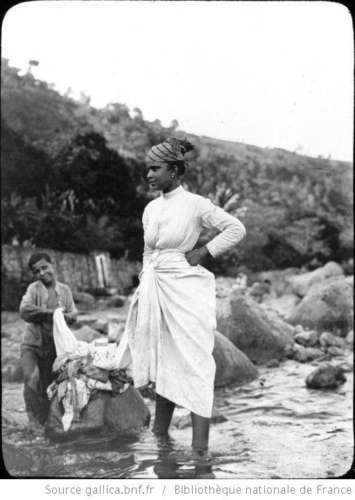 Martinique. Blanchisseuse. S[ain]t Pierre (1899) / [photogr.] Salles ; [photogr. reprod. par Radiguet & Massiot?] - 1