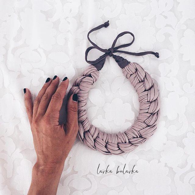 Большинство моих девочек клиенток отдают предпочтения спокойным натуральным классическим цветам и оттенкам ! ❤️ещё бы! Эти цвета прекрасно сочетаются с разными комплектами одежды, идеально гармонируют с цветом кожи любого оттенка , добавляют изящности и элегантности в образ   на фото колье выполнено под заказ✔️ #lavkabulavka_dimonds #handmade