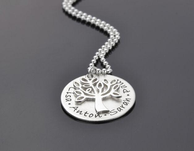 Silberkette mit Gravur bestehend aus einem Button - bestempelt mit mehreren Namen - einem Lebensbaum und einer ca. 45cm langen Kugelkette.  Alle Silberelemente sind aus Sterlingsilber (925er...