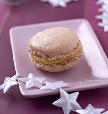 Macarons à la mangue - les meilleures recettes de cuisine d'Ôdélices  http://www.odelices.com/recette/macarons-a-la-mangue-r1276