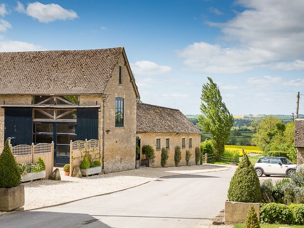 The rural Cotswold venue of #Merriscourt oozes with understated luxury and country elegance. Image © Louise Bowles Photography. #cotswoldwedding #merriscourt