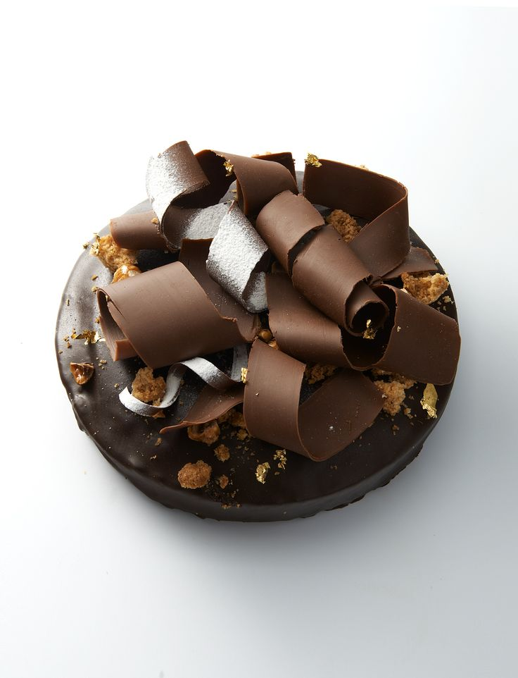 Idée de pâtisserie : Pour le 25 décembre au matin ou pour un goûter de Noël: L'Hermitage, gâteau de voyage sur la base d'un cake, chocolat noir et chocolat au lait noisette Gianduja / surmonté de copeaux de chocolat Gianduja et noisettes caramélisées. #repasdefetes © Laurent Fau