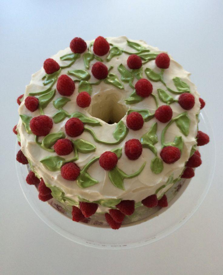 Torta chiffon cake al limone farcita con marmellata ai lamponi