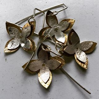 They're back - our popular #layered #4petal #flower #earrings . #easytowear #herbertandwilks #sallyherbert #golden #silver #natura #flowers #fashionjewelery #adornment #kinetic #simpledesign #organic #auckland #inspiredbynature #raw #embossed #nzjeweller #supporthandmade #botanicalinspiration #thejewellersstudio #earrings #womensfashion #pacific #collection2018