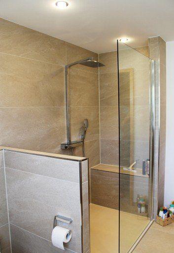 Dusche mit integrierter Sitzbank