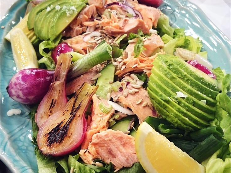Varmrökt laxsallad med färsk lök, avokado och gräddfil | Recept från Köket.se