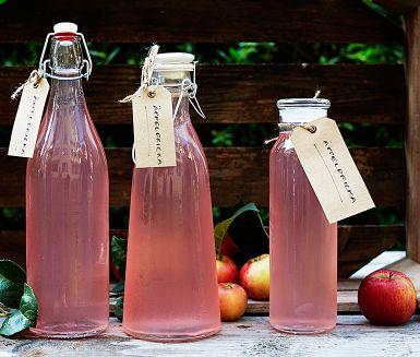Skördelycka på flaska! Hemligheten bakom den vackra rosa färgen på den här kallrörda äppeldrickan är att använda röda äpplen, och behålla skalen på. En toppendryck att göra när äppelskörden är riklig eller när säsongen för svenska äpplen är i full gång.