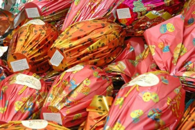 La Pasqua è ormai conclusa ma in casa si aggirano ancora pezzi di uova di cioccolato in carte colorate e confezioni di plastica: come riutilizzarle in modo creativo?