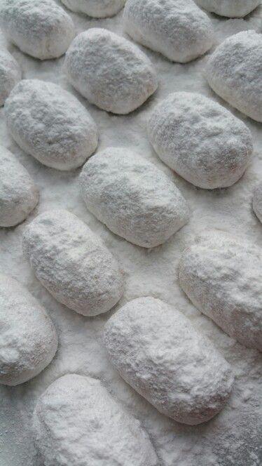 Ανδριώτικα Αμυγδαλωτά.. πασπαλισμένα με άχνη ζάχαρη και Ανδριώτικο ανθόνερο...