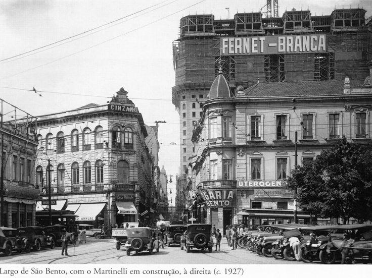 1927 - Largo de São Bento, com o edifício Martinelli em construção à direita ao fundo da foto. Adiante segue a rua São Bento e à esquerda a rua Boa Vista. Foto de autoria desconhecida. Acervo do Instituto Moreira Salles.