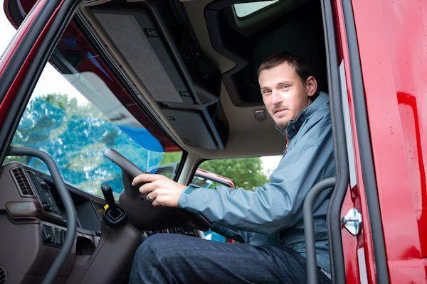 """Vrachtwagens met een Pools kenteken moeten in Europaaltijd voorrang krijgen. Dat adviseert verkeersdeskundige Gerard Oefermans. Uit onderzoek blijkt dat Poolse chauffeurs regelmatig dronken achter het stuur zitten. Door ze altijd voorrang te geven, kunnen ongelukken worden vermeden. In principe gelden nu voor alle vrachtwagenchauffeurs dezelfde verkeersregels, ongeacht het land van afkomst. """"Je kunt je afvragen of dat verstandig is"""", zegt [...]"""