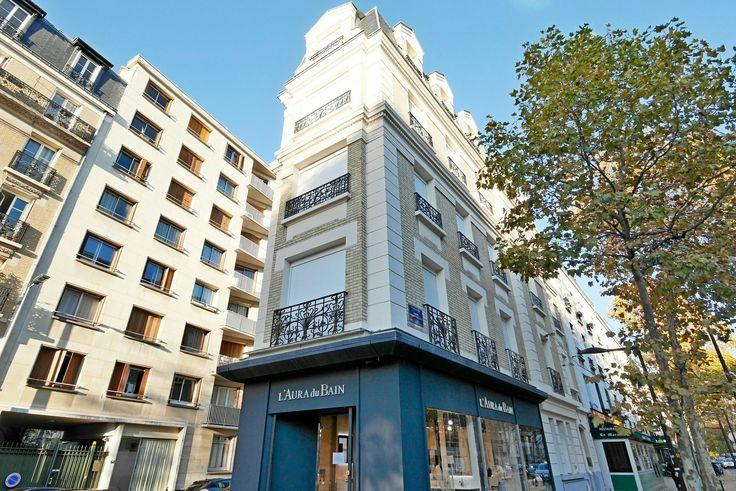 Boulogne Billancourt (92100) Entre la porte Saint Cloud et la place Marcel Sembat. Idéal pour grande famille, fratrie, amis proches...  Immeuble neuf rehabilité de 3 appartements sur 3 niveaux : 2 X F3 de 67m2 et 1 X F6 de 132m2 en duplex.  Soit au total 8 chambres, 5 SDB, 4WC pour une surface  habitable de 266m2.  + 3 caves.  Prix FAI : 2 150 000 € (8082€/m2)