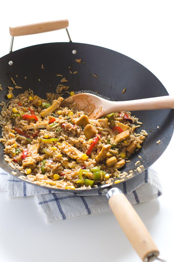 Wok de tofu con arroz y verduras. Esta receta es espectacular. Si quieres una versión más sencilla puedes sustituir la salsa por salsa de soja |danzadefogones.com #danzadefogones #vegano #singluten