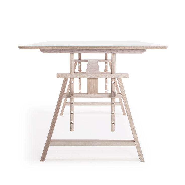 Astructure bord från Department. Ett stort bord i skandinavisk design och med vackert formspr
