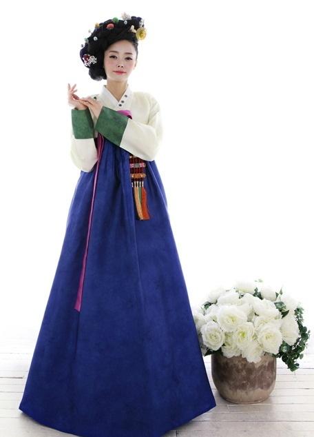 traditional Korean dress by Samhwejang Hanbok (삼회장 한복)