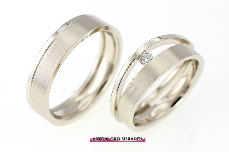Witgouden trouwringen met 1 briljant geslepen diamant, vlak /opstaand, mat en glanzend witgoud.