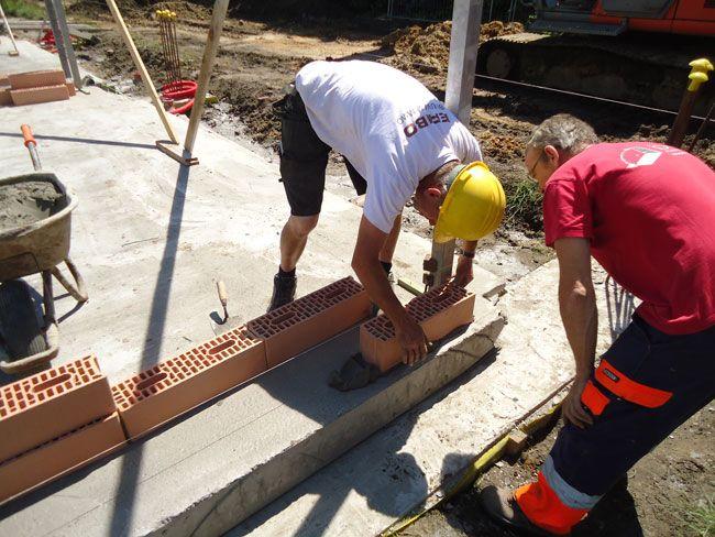 Eerstesteenlegging op 6 juni 2014 met de Porotherm PLS 500 keramische binnenmuurstenen van Wienerberger - Pose de la première pierre le 6 juin 2014 avec les blocs céramiques pour murs intérieurs Porotherm PLS 500 de Wienerberger