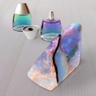 """宝石の原石をモチーフにつくられた宝石石鹸""""Savon Gemme""""。香水の都、南フランスのグラースで生まれた美しいフレグランスソープです。一つ一つがハンドメイドで、 見た目の美しさはもちろん上品な香りに思わずうっとり。自分へのご褒美だけでなく、プレゼントにもおすすめな宝石石鹸をご紹介します。"""