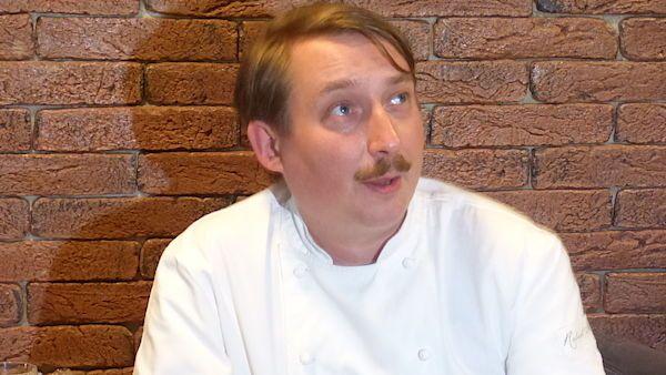 Seriál Žrouti je humornou sondou do světa kuchařských pořadů