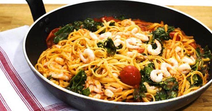 En mycket enkel och fräsch pasta som går snabbt att röra ihop. Vill man inte ha räkor kan man ersätta dessa med mozzarella.