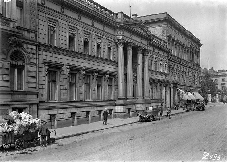 Wilhelmstraße 70 , Alte Britische Botschaft, Palais Strousberg - ich glabe, das steht noch -