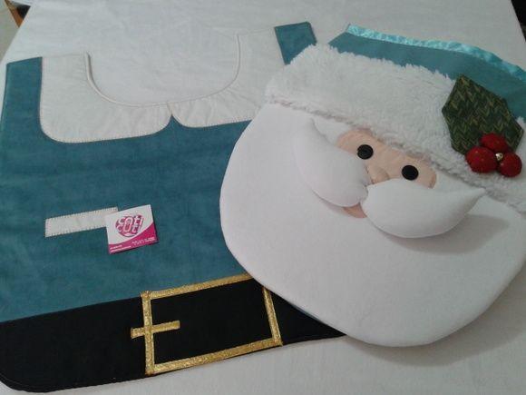 Jogo de banheiro de natal contendo 3 peças, sendo capa da tampa do vaso sanitário com aplicação de papai noel com detalhes em carapinha. Tapete do vaso feito em veludo que imita a roupa do papai noel e toalha de rosto branca com bordado inglês e passafita e patchaplique de natal.