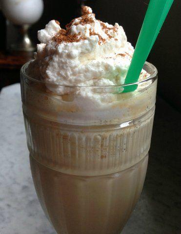 Speculaas Milkshake Lekkere milkshake met speculaaskoekjes. Erg lekker en erg simpel om te maken. (heb je een ander koekje als favoriet... dat kan natuurlijk ook!)